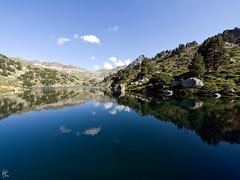 Baciver (II) (Baciver lake / reservoir - Val d'Aran - Lleida - Spain) (Paco CT) Tags: blue mountain lake water azul landscape lago spain agua tranquility paisaje catalunya montaa 2008 pyrenees pirineos pirineo tranquilidad valdaran placido placidez ltytr1 pacoct baciver trnaquilo