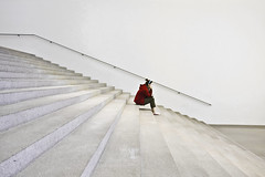 The Wait (yushimoto_02 [christian]) Tags: people art museum architecture canon germany munich mnchen geotagged person persona arquitectura waiting europe bellasartes arte kunst exhibition moderne descansar wait architektur rest munchen museo resting espera descanso ausstellung exposicion pinakothekdermoderne pinakothek kunsthalle pinakothekmoderne warten ruhe ausruhen exhibicion fivestarsgallery mywinners canonxsi exploredcanoneosdigitalrebelxsi schneknste bellaarte schoenekuenste