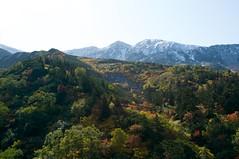 雪化粧の三峰山と紅葉