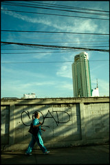 The city behind the wall (fly) Tags: street city people building thailand asia bangkok earthasia fly simonkolton
