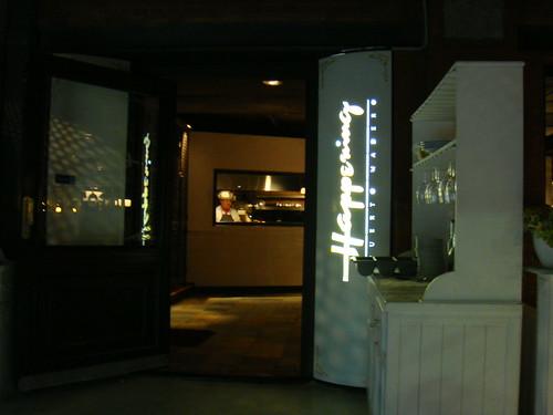 Exterior del restaurante - vista de la parrilla al fondo