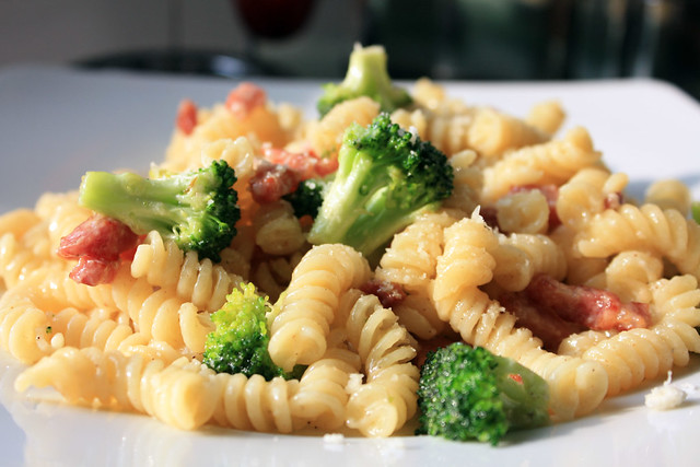 pasta al fredo with broccoli and bacon