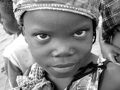 occhi di gatto (Nuara) Tags: africa travel black dark children eyes bambini deep occhi sguardo pure viaggio bellezza mondo mozambico beayty lifebeautiful sguardomagnetico