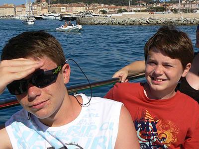 2 enfants sur un bateau.jpg