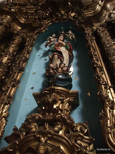 Impressionante, esta estátua com todos os anjinhos