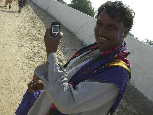 Akvo has developed a concept called ' Really Simple Reorting' to allow field teams that work on development projects to share short text and picture based updates online via SMS. Budiya, Kutch, 16 December 2008.