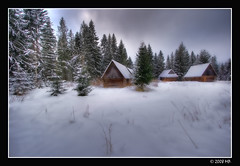 Highland style cottages (Mariusz Petelicki) Tags: winter poland polska zima hdr tatry canonefs1022mm 3xp jurgów tatramountains podhale canon400d mariuszpetelicki vosplusbellesphotos góralskiechaty highlandstylecottages