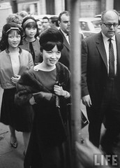 9-1963 paris Ngo Dinh Nhu (LF) & her daughter Ngo Dinh Le Thuy (LR), in Paris. par VIETNAM History in Pictures (1962-1963)