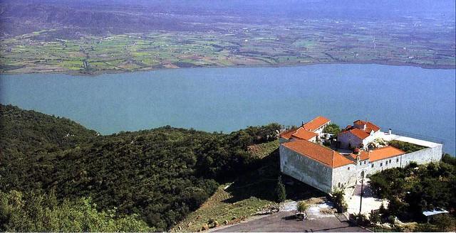 Δυτική Ελλάδα - Αιτωλοακαρνανία - Δήμος Φυτειών Το ιστορικό μοναστήρι Λιγοβιτσίου στις Φυτείες Αιτωλοακαρνανίας πάνω από τη λίμνη του Οζερού ή Οζηρού