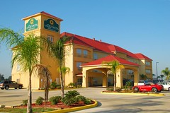 La Quinta Inn & Suites in Iowa, LA (faungg's photos) Tags: travel roof red usa architecture hotel la us inn nikon louisiana iowa commercial goodmorning suites laquinta onroad 18200mm d40x faungg