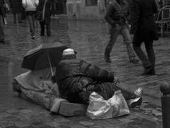 Sans abris sous la pluie - Homeless under the rain (Photojournaliste vincentmeyer.fr) Tags: street bw white black paris france rain weather children nikon noir alone daughter pluie wb nb temps rue enfant fille blanc sans seul abris homeles