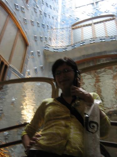 080525. me and my audioguia. casa batllo.