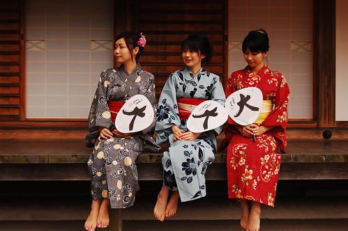 Kimono girls with uchiwa