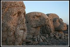Dioses: Heracles, el Aguila y el Len (dayangchi) Tags: turkey tres cabezas montaa turquia nemrut dioses ltytr1 a3b dayangchi