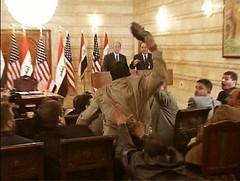 Muntazer Al Zaidi lanzando su zapato a Bush