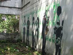 Reciclando a El Muerto Vivo (deniti) Tags: people streetart skull graffiti stencil colombia paint gente pintura calavera medelln artecallejero deniti