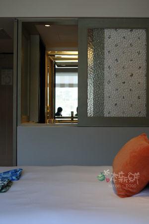 坐在房間的窗邊,望向浴室。