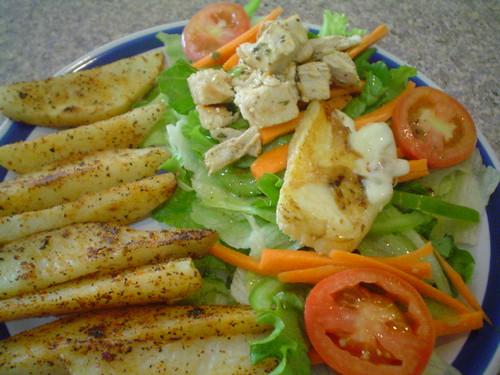 Ensalada de pollo y panela con papas sazonadas