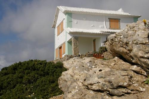 Arquitectura de Raul Lino junto a Azenhas do Mar, Sintra by Hélder Cotrim