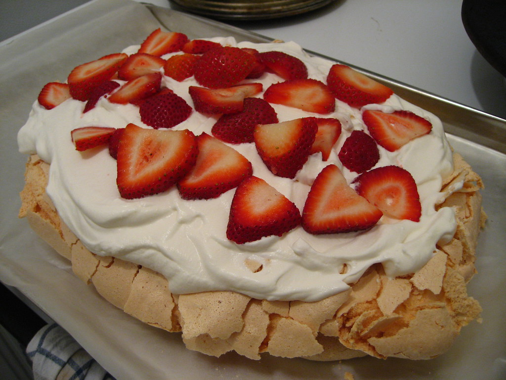 (giant) strawberry pavlova