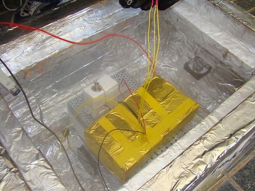 La caixa amb el microcontrolador i els sensors, juntament amb el servo