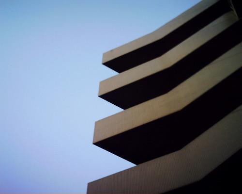 【写真】VQ1005で撮影した面白い造形のビル