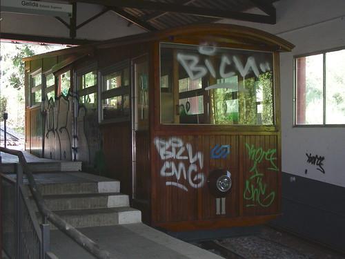 El Funi de Gelida grafitejat per un costat