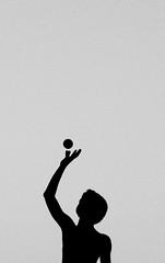 O] (Monia Sbreni) Tags: people blackandwhite bw italy ball italia noiretblanc zwartwit silhouettes bn persone schwarzweiss pretoebranco bianconero biancoenero palla pallina boccia svartvitt blackandwithe sagoma presaalvolo moniasbreni