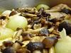 Detalle del Pollo Guisado con Setas de Chopo, Cebollitas y Pasas