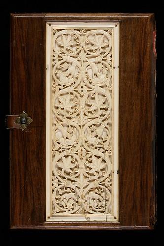 012a- Evangelium S. Johannis- Madera noble con un panel de marfil tallado. Hacia el año 800 contratapa