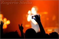 Ahh... Technology! (Rogerio Stella) Tags: show camera stella light red music black color colour luz rock mobile portraits banda photography la concert nikon photographer tour phone song retrato live stage gig performance band cell preto pop bands rogerio portraiture plata pj idol instrument funk record celular mpb marco fotografia quest venue instruments limelight 2008 msica nacional cor recording telefone vivo paulinho jota gravao tulio cmera fonseca palco fotojornalismo dolo apresentao rogrio flausino documentao colorphotoaward colourartaward documentarist photodocumentation