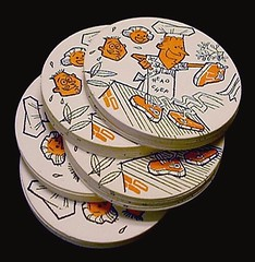 So 1950s - the backyard chef grills steaks! VINTAGE PRESSED PAPER COASTERS with cartoon illustrations in a BBQ-Theme - brand new & never used