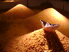 (SofiaGmez-) Tags: barcos cereales navegar iluminacion barcodepapel davni barquitodepapel