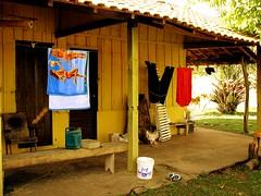 Coisas (Goga_) Tags: bonito banco coisas toalha quintal fazenda cadeira varal galo chinelo balde varanda goga calça gogliardo