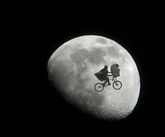 ??? (Luz Adriana Villa A.) Tags: moon home bicycle photoshop lune canon movie is colombia phone alien cine luna powershot crescent fantasy 650 pelicula montaje et medellin spielberg antioquia extraterrestre creciente 80s amblin biclicleta luza abigfave a650is luzavilla