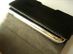 De case in geopende toestand. Dit is een case waarbij de iPhone liggend wordt gebruikt.
