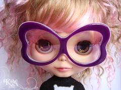 Kiffany exibindo com óculos