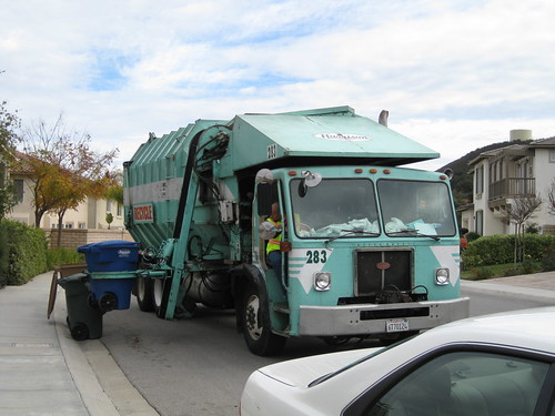 垃圾車的機械手臂放下垃圾桶