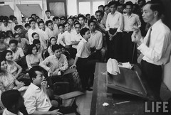 8-1963 Tam Pham Bieu, Dean of the School of Medicine at the University of Saigon, speaking to students after his arrest by the Diem government. par VIETNAM History in Pictures (1962-1963)