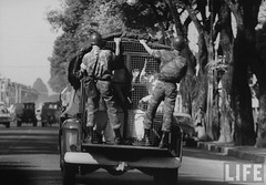 Police hauling away high school students who were demonstrating against the Diem government. 9-1963 par VIETNAM History in Pictures (1962-1963)