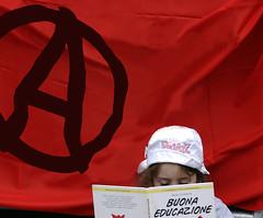 Milano: manifestazione 25 Aprile 2006 (rogimmi) Tags: italia milano libro anarchy festa leggere anniversario bambina manifestazione dimostrazione liberazione resistenza 25aprile partigiani anarchia commemorazione anarchici acerchiata