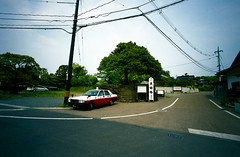 country taxi (troutfactory) Tags: film japan shrine taxi voigtlander rangefinder wideangle  shimane analogue superia400 15mm bessal heliar sacredtree  yaegaki   yaegakijinja