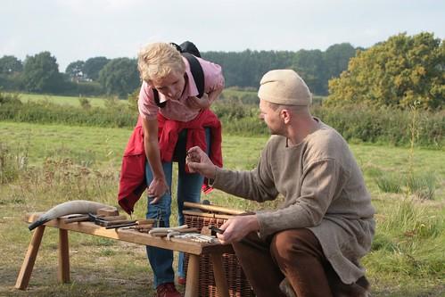 Christoph (Roeser) stellt einen wikingerzeitlichen Knochenschnitzer aus York dar - Museumsfreifläche Wikinger Museum Haithabu WHH 27-09-2008