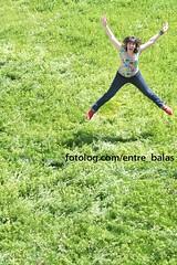 Silvia salta (Observaciones) Tags: verde luz libertad colores felicidad amistad reencuentro saltos reir gritar saltar csped