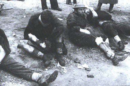 Algunos de los prisioneros. El herido de la izquierda era el soldado McCormack y moriría poco después