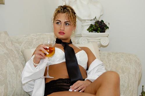 woman panties photo model akt wine nu body bra tie lingerie pearls figure blonde denise petite classy sexappeal vivacious figuremodel nudemodel pinupmodel nardozzi swimsuitmodel lingeriemodel dclow denisenardozzi