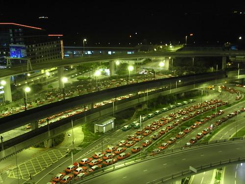 空港で待つタクシーの列