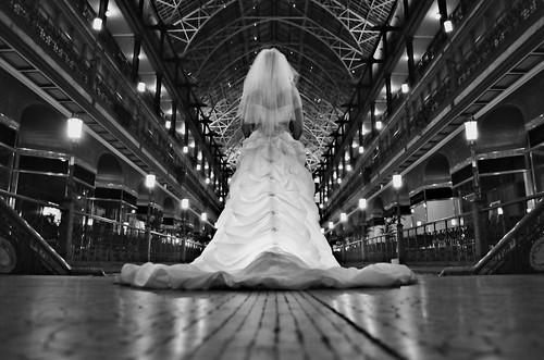 [フリー画像] 人物, 女性, イベント・行事, 結婚式, ウエディングドレス, 後ろ姿, モノクロ写真, 201004202300