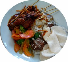Have A Great Lunch... (Rudy Sempur) Tags: indonesianfood rendang chickensatay balikpapan prasmanan capcay onioncrackers