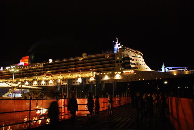 Queen Mary 2 im Hafen von Hamburg